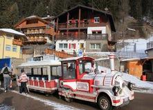 Skibus dans la station de sports d'hiver Canazei Photos libres de droits