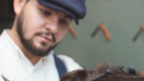 Skicklig barberare Ung man som får en gammalmodig rakning med den raka rakkniven arkivfilmer