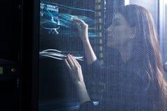 Skicklig kvinnlig tekniker som kontrollerar trådar arkivbilder