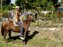 Skicklig ryttare som barbacka rider arkivfoto