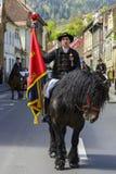 Skicklig ryttareinnehavflaggan under Brasov Juni ståtar Arkivbilder