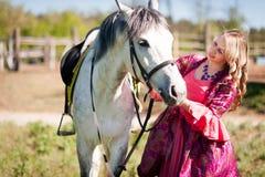 Skicklig ryttarinna och vit häst Royaltyfri Bild