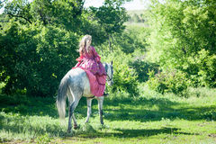 Skicklig ryttarinna på den vita hästen Royaltyfri Fotografi