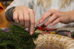 Skicklighet, när binda in en Adventkrans arkivfoton