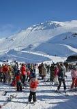 Skidåkare förbereder sig för chairliften på monteringen Hutt Ski Field, nya Ze Royaltyfri Bild