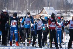 Skidåkare i början av mästerskapet skidar turismKopp-Ryssland Berezniki mars 11, 2018 Arkivfoton