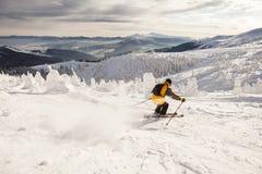Skidåkare i berg Arkivfoton