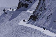 Skidåkare i en snösemesterort Fotografering för Bildbyråer