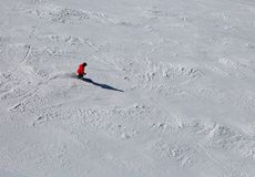 Skidåkare i lutningen med snö Arkivbild