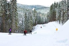 Skidåkare i träna som rider på skidakörningen Royaltyfri Fotografi