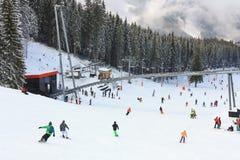 Skidåkare och snowboarders som tycker om bra snö Royaltyfri Foto
