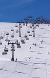 Skidåkare och två chairlifts i Solden, Österrike Arkivbilder