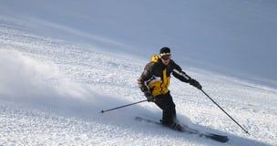 Skidåkare på berglutning Fotografering för Bildbyråer
