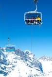 Skidåkare på chairliften på Engelberg på de schweiziska fjällängarna Royaltyfri Foto