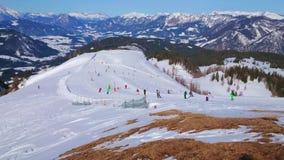 Skidåkare på den Zwieselalm monteringen, Gosau, Österrike arkivfilmer