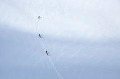 Skidåkare på glaciären i fjällängar arkivbilder