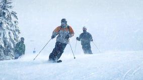 Skidåkare på lutning med att falla för snö arkivfilmer
