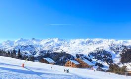 Skidåkare på lutningarna av skidasemesterorten av Meriber Arkivfoto