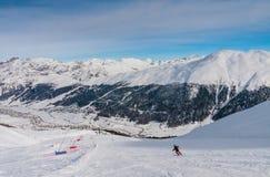 Skidåkare på lutningen av Ski semesterorten Livigno Royaltyfri Foto