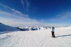 Skidåkare på piste i Hintertux Zillertal, Österrike Fotografering för Bildbyråer