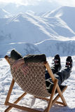 Skidåkare på vinterberg som vilar på sol-dagdrivare Arkivbilder