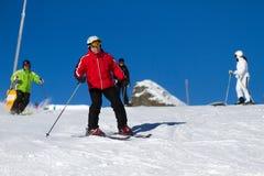 Skidåkare skidar på lutningen Fotografering för Bildbyråer