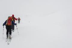Skidåkare som är borttappade i dimman Fotografering för Bildbyråer