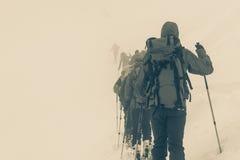 Skidåkare som är borttappade i dimman Arkivfoto