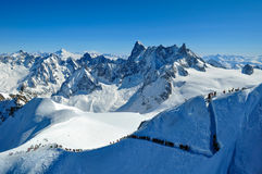 Skidåkare som går mot Vallee Blanche Royaltyfria Bilder
