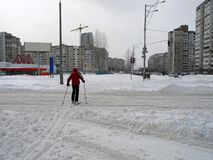 Skidåkare som korsar vägen i staden Skida i staden Kiev royaltyfri bild