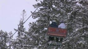 Skidåkare som rider på en skidlift arkivfilmer