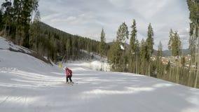 Skidåkare som skidar ner på lutningar lager videofilmer