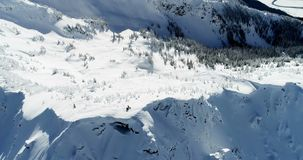 Skidåkare som står på ett korkat berg 4k för snö lager videofilmer