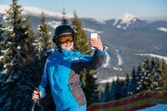 Skidåkare som tar en selfie i bergen royaltyfri bild