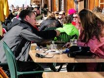 Skidåkare tycker om lunch utomhus Fotografering för Bildbyråer