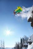 Skidåkarebanhoppning mot blå himmel från vagga Royaltyfri Foto