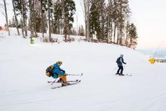 Skidåkaremannen som flyttar sig ner i snöpulver och, avlöser sig Royaltyfri Foto