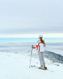 Skidåkaren beundrar på härlig sikt från överkant av berget Royaltyfri Fotografi