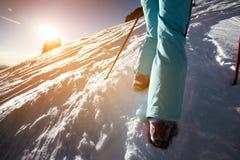 Skidåkaren går stigande till snöberget Royaltyfria Foton