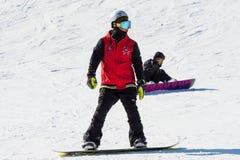 Skidåkareskidåkning på Deogyusan Ski Resort Arkivbilder
