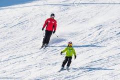 Skidåkareskidåkning på Deogyusan Ski Resort Arkivfoto