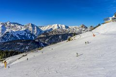 Skidåkareskidåkning på Ski Resort i vinter Royaltyfria Bilder