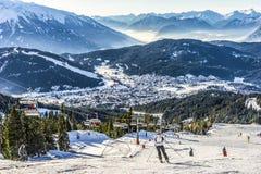 Skidåkareskidåkning på Ski Resort i vinter Arkivbild