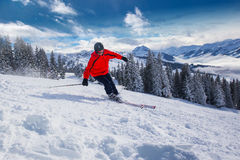 Skidåkning för ung man i Kitzbuehel skidar semesterorten i Tyrolian fjällängar, Österrike royaltyfria bilder