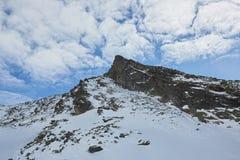 Skidåkning och snowboarding i fjällängar arkivbild