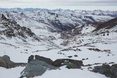 Skidåkning och snowboarding i fjällängar Arkivfoto