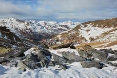Skidåkning och snowboarding i fjällängar Royaltyfria Bilder
