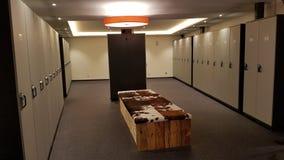Skidåkningomklädningsrum med låsbara skåp arkivbild