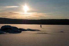Skida över sjön Arkivfoto
