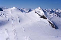Skida körningar på den Hintertux glaciären arkivfoto